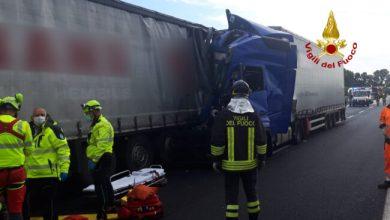 Tamponamento tra tir in A4: camionista resta incastrato - Televenezia