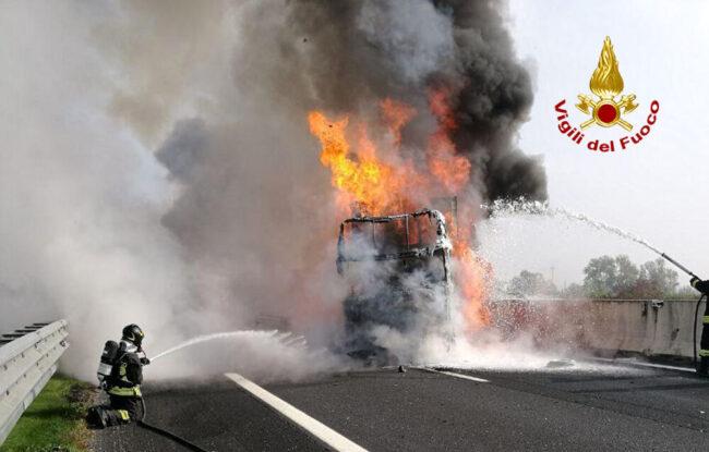 Incidente tra mezzi pesanti in A4: tratto e chiuso e code