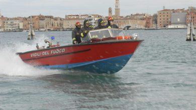 Barca in secca nella notte: salvato dai vigili del fuoco