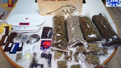 Mestre, si chiude fuori casa e la polizia lo aiuta: trovati 6 chili di droga - Televenezia