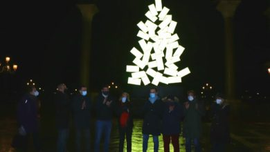 Natale in Piazza San Marco: accesa la scultura di Fabrizio Plessi
