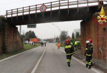 Oriago: camion urta il ponte ferroviario, pompieri sul posto