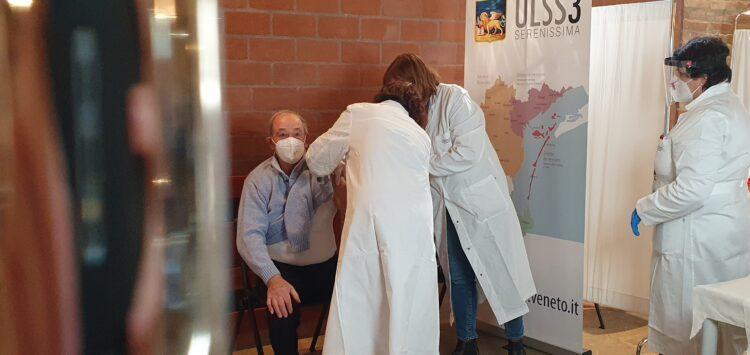 Ulss3: tre giorni di vaccini non stop per gli ultraottantenni