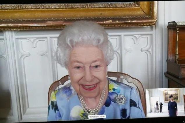 La nuova spilla della Regina Elisabetta è una dedica d'amore al principe Filippo