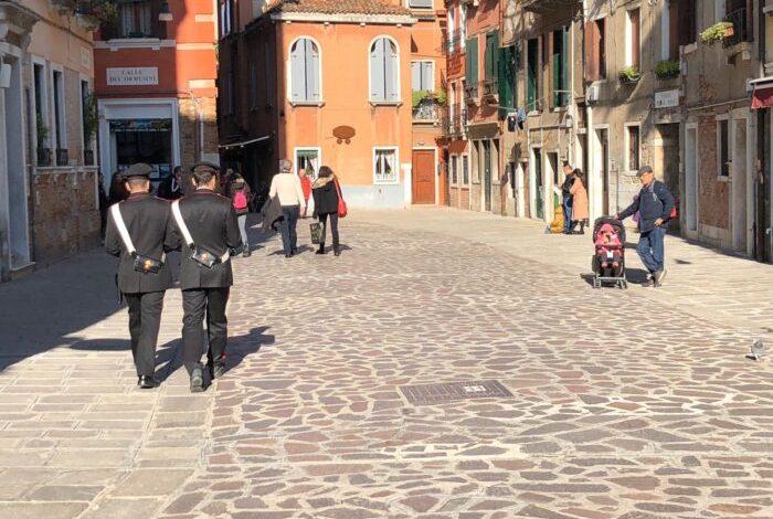 Bambina di due anni scappa di notte dall'albergo: salvata dai Carabinieri - TeleVenezia
