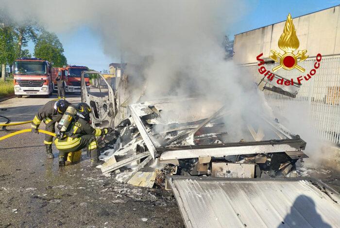 Un furgone carico di vestiti a fuoco sulla Triestina