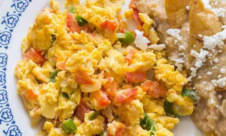 Uova strapazzate alla Messicana a colazione