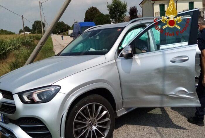 San Donà, auto finisce contro un palo: due feriti