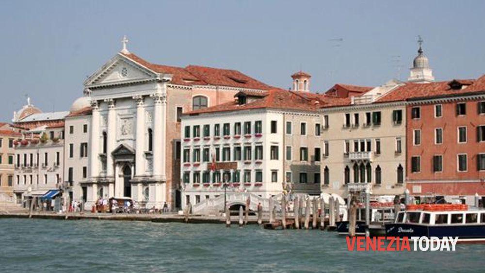 Plateatico galleggiante davanti alla Chiesa della Piet a Venezia