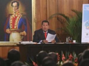発表するチャベス大統領