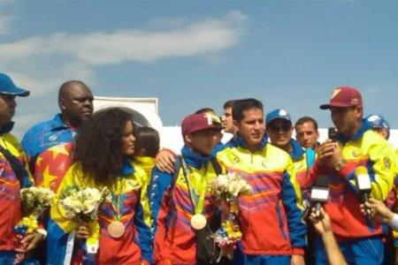 Atletas venezolanos fueron recibidos en Maiquetía