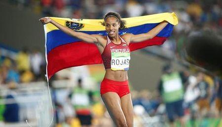 Atletas venezolanos son salto y bate dorados
