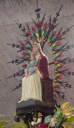 Imagen de la virgen detrás del altar