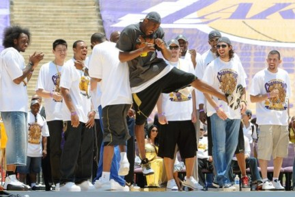 nba-feet-lakers-parade-3-570x380