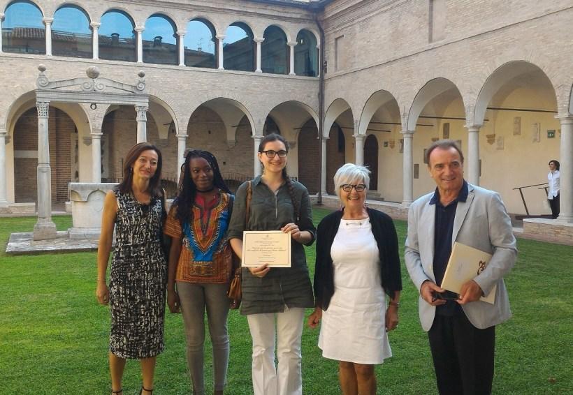 Foto premiazione. Da sx Sofia Teresa Bisi, Rose e Lara, Mirella Rigobello, Alessandro Masi