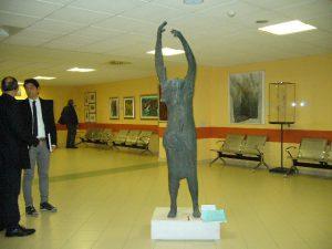 Sala con tele e scultura