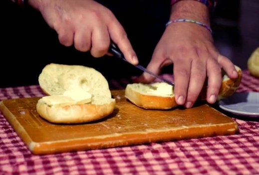 Spalmare i panini croccanti con burro