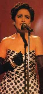 Mia Martini durante l'esibizione a Sanremo del 1989