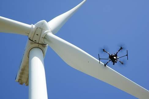 니어스랩의 드론이 풍력발전기 안전점검에 활용될 기초데이터를 수집하고 있다.