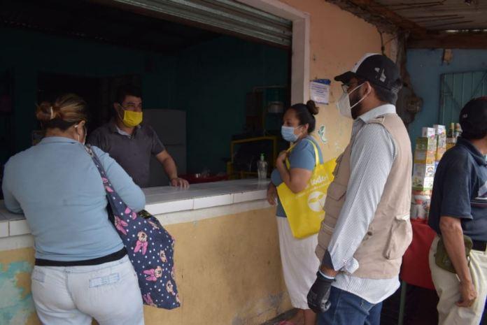 Entrega Ayuntamiento de Cosoleacaque cubrebocas a vendedores y transeúntes