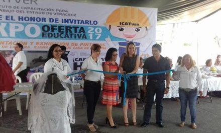 Exposición en el Parque Juárez de trabajos por parte de alumnas del ICATVER Poza Rica.