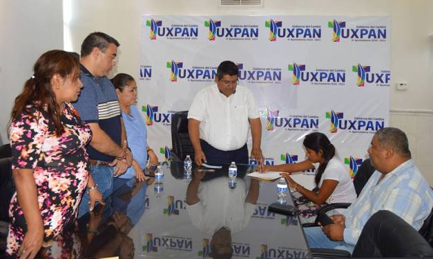 Juan Antonio Aguilar Mancha cumple con indemnización a familiar del bombero caído.