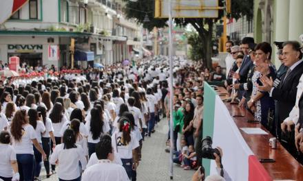 Miles de personas participan y disfrutan del Desfile Cívico-Militar conmemorativo al 208 Aniversario de la Independencia de México, en el centro de Xalapa; el Gobernador Yunes encabezó la ceremonia