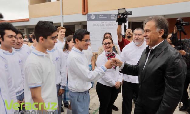 Entrega el Gobernador Yunes obras de infraestructura educativa y equipamiento a escuelas de Xalapa y Coatepec