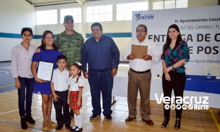 Toño Aguilar entrega cinco Constancias de Posesión para planteles educativos