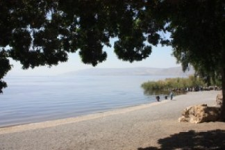 Na brehu Galilejského jazera.