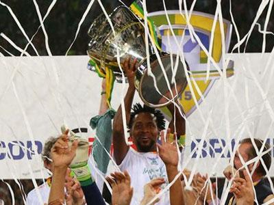 Zé Roberto ergue o troféu da Copa do Brasil