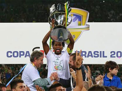 Zé Roberto levanta o troféu da Copa do Brasil 2015