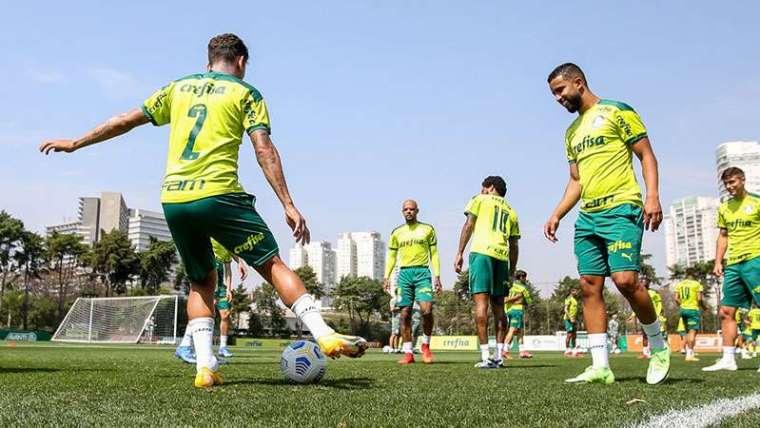 Os jogadores do Palmeiras Marcos Rocha e Jorge participam de treino na Academia de Futebol