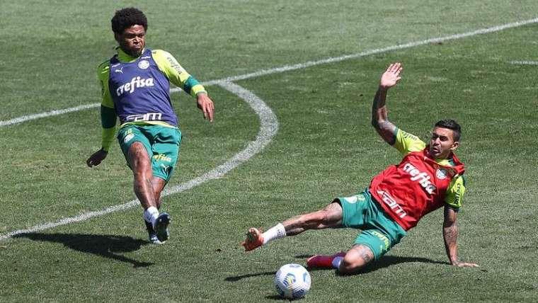 Luiz Adriano em disputa com Dudu durante o treino de hoje na academia