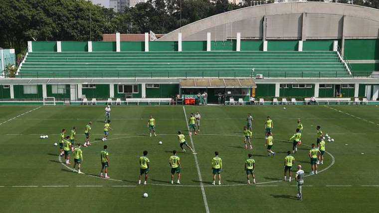 O elenco do Palmeiras em treino na Academia de Futebol.