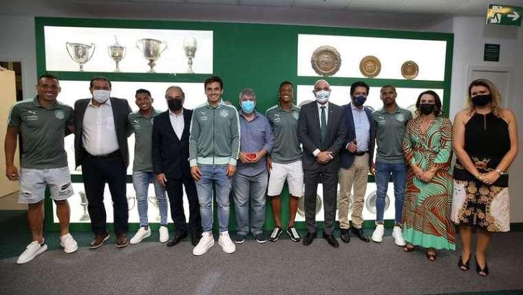Sala de Troféus do Palmeiras recebe visita de autoridades com a presença de alguns jogadores e mebros da diretoria.