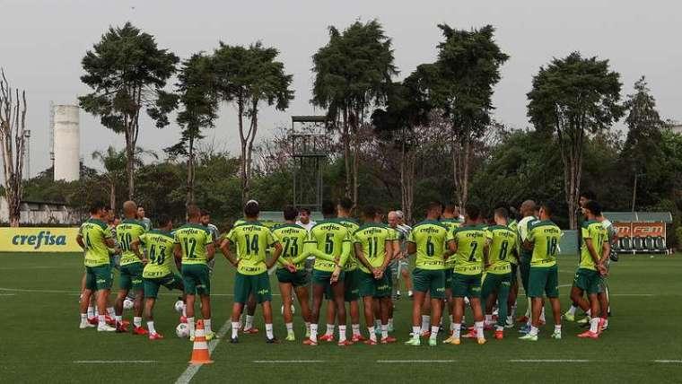 Abel Ferreira conversa com o elenco durante treino do Palmeiras, na Academia de Futebol.
