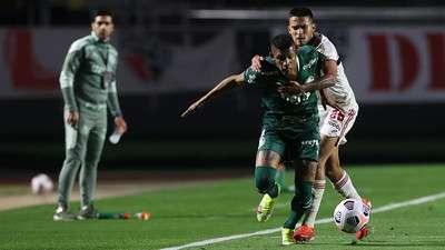 Danilo do Palmeiras em disputa com o Nestor do SPFC, durante primeira partida válida pelas quartas de final da Libertadores 2021, no Morumbi.