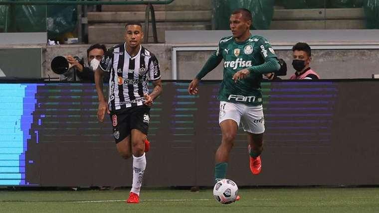 Gabriel Veron do Palmeiras em disputa com Jair do Atlético-MG, durante primeira partida válida pelas semifinais da Libertadores 2021, no Allianz Parque.