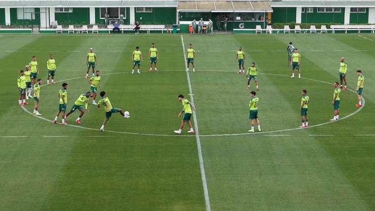 Elenco do Palmeiras durante treinamento, na Academia de Futebol; Marcos Rocha segue de fora em recuperação de lesão.