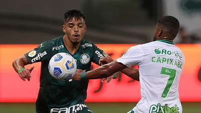 Gabriel Menino do Palmeiras em disputa com Capixaba do Juventude, durante partida válida pela vigésima terceira rodada do Brasileirão 2021, no Allianz Parque.