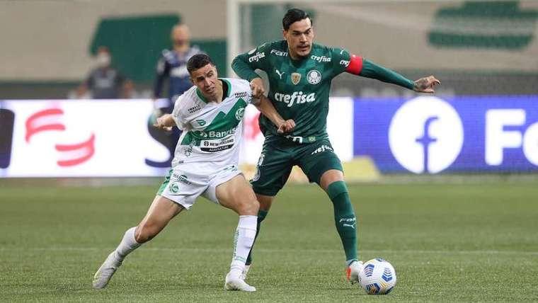 Gustavo Gómez do Palmeiras em disputa com Roberson do Juventude, durante partida válida pela vigésima terceira rodada do Brasileirão 2021, no Allianz Parque.