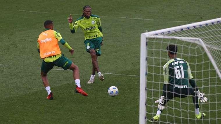 Luiz Adriano durante treino do Palmeiras, na Academia de Futebol.