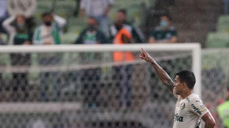 Dudu comemora seu gol pelo Palmeiras contra o Red Bull Bragantino durante partida válida pela vigésima quinta rodada do Brasileirão 2021, no Allianz Parque.