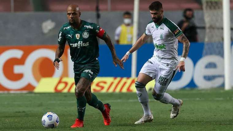 Felipe Melo do Palmeiras em disputa com Fabrício Daniel do América-MG, durante partida válida pela vigésima quarta rodada do Brasileirão 2021, no estádio Independência.