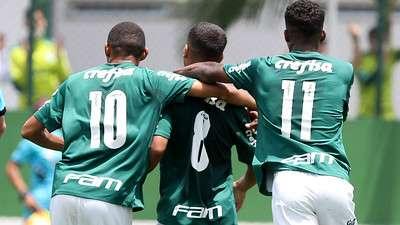 Jogadores do Palmeiras comemoram gol contra o Audax em partida válida pela segunda rodada da segunda fase do Campeonato Paulista Sub-20, na Academia de Futebol 2, em Guarulhos-SP.