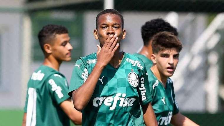 O atacante Estêvão, de apenas 14 anos, marcou um dos gols da vitória do Palmeiras Sub-15.