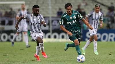Gustavo Scarpa do Palmeiras em disputa com Mendoza do Ceará, durante partida válida pela décima nona rodada do Brasileirão, no Castelão.