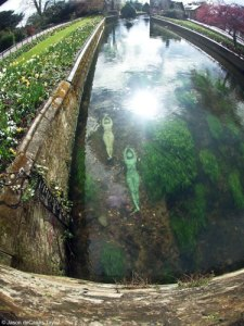 Escultura en estanque