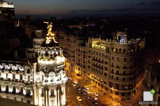 Ultimo anochecer del verano:Edificio metrópolis y Granvia de noche